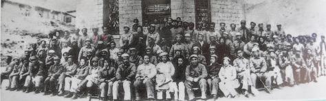 Đảng cộng sản Trung Quốc đại hội thường niên 1939 tại Diên An (延安). Bộ chính trị đảng và Quân ủy Trung ương (CPC), có Hồ Chí Minh (1) và Thiếu tướng Nguyễn Sơn (2) đồng tham dự. Nguồn: Hoa Nam. [1]