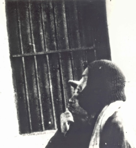 """""""Bác"""" bịt đầu, che mặt, làm người dơi, ngõ hầu qua mặt nhân dân Việt Nam, một cách hóa trang của gián điệp thường làm để mà tránh né mọi sự phát hiện. """"Bác"""" bí mật đến Bắc Kinh cầu viện Mao Trạch Đông vào ngày 18 tháng 2 năm 1950. """"Bác"""" Hồ Chí Minh đã lấy quyết định nhuộm đỏ đất nước Việt Nam (胡志明已决定采取红色染料越南国家). """"Bác"""" cùng với Trần Đăng Ninh xem bố cáo của Giải phóng Quân Trung Quốc mới dán trên tường, tại Hương Công sở thôn. Nguồn: ĐV, bản quyền Huỳnh Tâm."""