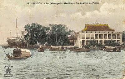 Bên trái con tàu buôn lớn Messagerie Maritimes, bên phải Hotel Messageries  Maritime 1912. Hãng tàu buôn Messagerie Maritimes, danh tiếng nhất  Đông Dương.  Nguồn: Cục Hành Hải France.