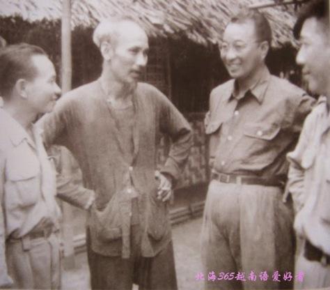 hủ tịch Hồ Chí Minh với các đồng chí Trần Canh ,La Quý Ba trong Đoàn cố vấn Trung Quốc .