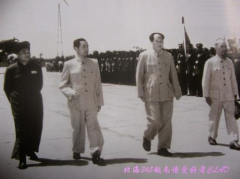 Ngày 23-6 đến 8-7-1955, Chủ tịch Hồ Chí Minh dẫn đầu Đoàn đại biểu Chính phủ Việt Nam sang thăm Trung Quốc. Ngày 25-6 ,Chủ tịch Ban Chấp hành Trung ương Đảng Cộng sản Trung Quốc Mao Trạch Đông ,Thủ tướng Quốc vụ viện Trung Quốc Chu Ân Lai tháp tùng Chủ tịch Hồ Chí Minh duyệt Đội danh dự Quân giải phóng nhân dân Trung Quốc.