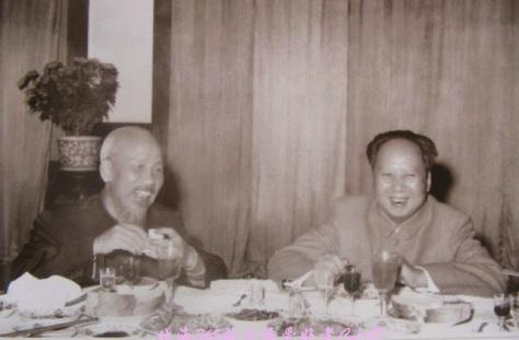 Ngày 2-11-1960 ,Chủ tịch Hồ Chí Minh trên đường đi dự Lễ chào mừng 43 năm Ngày Cách mạng Tháng Mười Liên Xô , đã đến Bắc Kinh .Tối hôm đó ,Chủ tịch Ban Chấp hành Trung ương Đảng Cộng sản Trung Quốc Mao Trạch Đông mở tiệc chiêu đãi Chủ tịch Hồ Chí Minh .
