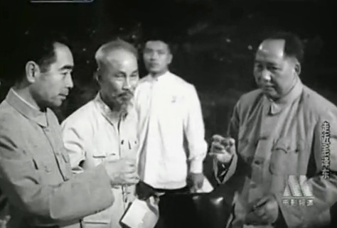 Trước năm 1965. Trung Quốc đưa một đoàn quân tình báo vào Việt Nam,  nhân dịp Hồ Chi Minh đến Trung Nam Hải báo cáo chiến thắng. Chu Ân  Lai, Hồ Chí Minh và Mao Trạch đông bí mật cụng ly chúc mừng.  Nguồn: Tư liệu Hoa Nam..