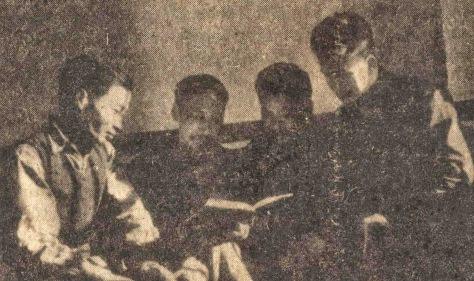 Trần Đăng Ninh, Hồ Chí Minh, Lâm Kính, Phạm Văn Khoa, đọc  những báo cáo của Bắc Kinh và bàn luận kế hoạch cầu viện.  Nguồn: ĐV, bản quyền Huỳnh Tâm.