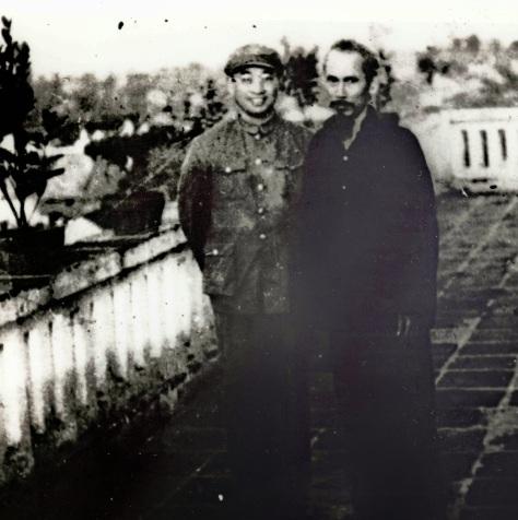Tướng Trần Canh, chuẩn bị đi chiến trường Vân Nam,  chụp ảnh kỷ niệm vì đã quen biết nhau từ trước, sau này  Trần Canh làm phó tổng tham mưu trưởng GPQTQ.  Nguồn: ĐV, bản quyền Huỳnh Tâm.