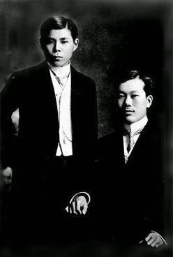 Phan Bội Châu (ngồi) và Cường Để (đứng). Photo viện bảo tàng Hakodate Hokuyo (函館市北洋資料館) Nhật Bản.