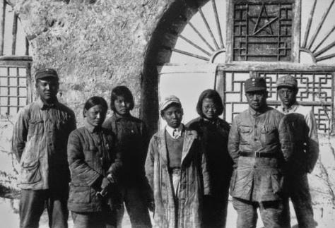 Lý Khắc Nông và nhóm cảm tử quân, chụp ảnh lưu niệm, trước Văn phòng Bát Lộ Quân tại Quế Lâm. Nguồn tài liệu: Quân đoàn Bát Lộ Quân phổ biến.