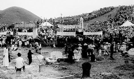 Nghĩa trang núi Ngự Bình-Huế, nơi tập trung chôn cất 6214 thường dân bị đảng Cộng sản Việt Nam thảm sát Tết Mậu Thân (1968). Nguồn NVĐ: Tài liệu ảnh lưu: Huỳnh Tâm.
