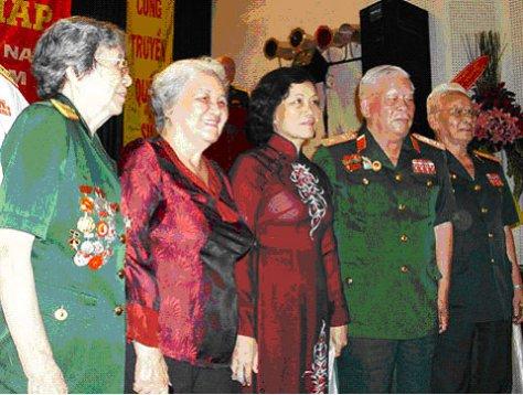 Các chiến sĩ Điện Biên Phủ chụp ảnh kỷ niệm với con gái đại tướng Võ Nguyên Giáp (đứng giữa). Ảnh: Tá Lâm.