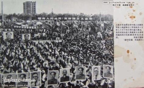 Trước Thiên An Môn với chân dung Mao Trạch Đông, Hồ Chí Minh, Nguyễn Hữu Thọ vận động nhân dân Trung Hoa ủng hộ Việt Nam đứng đầu phía trước chiến tranh. Nguồn: Tài liệu ảnh lưu: Huỳnh Tâm.