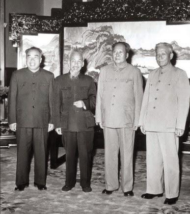 Hồ Chí Minh gặp Mao Trạch Đông đưa ra vấn đề biên giới Trung-Việt, Hồ Chí Minh hứa đáp ứng thỏa đáng theo lời đề nghị bán nước vô văn tự của Hồ. Nguồn: Tài liệu ảnh lưu: Huỳnh Tâm.