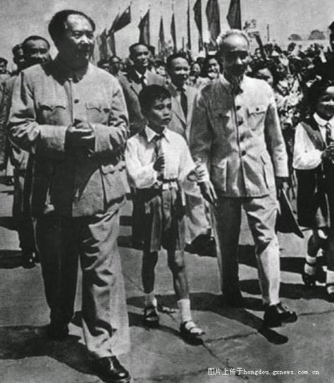Ngày 30 tháng giêng năm 1950, Hồ Chí Minh từ một căn cứ bí mật tại biên giới Trung-Việt, đến Nam Ninh, sau đó đi Bắc Kinh, gặp Chu Đức, Mao Trạch Đông, Lưu Thiếu Kỳ. Từ năm 1954 đến 1959, sau năm năm Hồ Chí Minh đã xây dựng hoàn thành được cơ bản chuyển đổi xã hội chủ nghĩa tại miền Bắc Việt Nam, giống như mô hình của Mao Trạch Đông. Nguồn: Tài liệu ảnh lưu: Huỳnh Tâm.