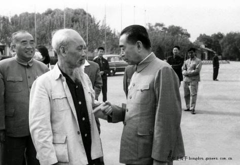 Năm 1965, Hồ Chí Minh đi Trường Sa Trung Quốc gặp Mao Trạch Đông, ông nói: Chúng ta gặp nhau trên tình anh em. Cùng là người Hoa có những chia sẻ suy nghĩ chung, nay chúng tôi muốn cung cấp cho bất cứ điều gì bạn cần. Đây là một chỉ dấu tuyệt vời trong cuộc Cách mạng Văn hóa, bạn nên biết để khai hóa, do đó điều khởi tạo sinh hoạt mới cho Việt Nam nhờ đến bạn Hồ. Nguồn: Tài liệu ảnh lưu: Huỳnh Tâm