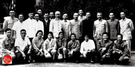 Ngày 14 tháng 4 năm 1967, Phạm Văn Đồng, Nguyễn Duy Trinh đến Quảng Châu, thăm Chủ tịch Hồ Chí Minh giải phẫu chữa bệnh. Ảnh chụp với Hội Đồng Y Khoa Trung Cộng. Nguồn Tùng Viên: Tài liệu ảnh lưu: Huỳnh Tâm.
