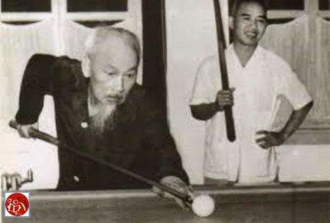Hồ Chí Minh cùng điệp viên Trình Tiên Hỷ thi nhau cá độ Billiards tại Câu lạc bộ Long Tân Lư Sơn. Nguồn: tài liệu ảnh Huỳnh Tâm.