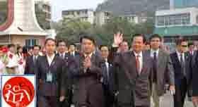 Tháng 10 năm 2005, Lãnh đạo của trường Bí thư Trần Đại Khắc hướng dẫn Nguyễn Tấn Dũng (phía trước bên phải) về thăm trường cũ Dục Tài, trong khuôn viên tại Đại học Sư phạm Quảng Tây. Nguồn: Tài liệu Huỳnh Tâm.