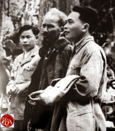 Hoa Nam, Thượng tướng Chu Văn Tấn, Hồ Chí Minh và tướng Võ Nguyên Giáp tại Đại hội Đảng 2, tháng 2 năm 1951, ở Chiêm Hóa, Tuyên Quang.[2] Nguồn: Tài liệu Huỳnh Tâm.