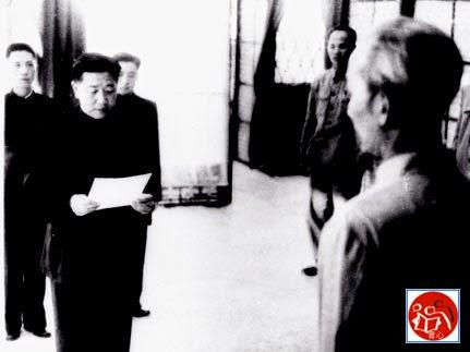La Quý Ba (Luo Guibo) thay mặt Ủy ban Trung ương CPC, Đại sứ quán Trung Cộng tại Hà Nội Việt Nam trình quốc thư chống Pháp lên Hồ Chí Minh và ấn định ngày tiếp nhận viện trợ, Hồ cho biết tình hình và chuẩn bị chiến tranh Việt-Pháp. Nguồn: Tài liệu Huỳnh Tâm.