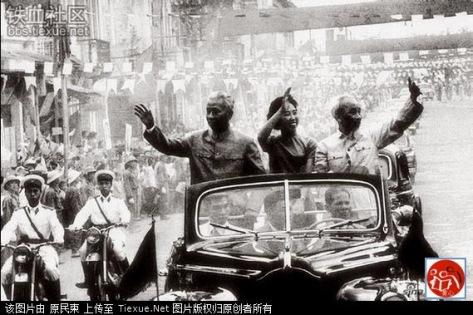 Sau lễ tiếp đón, Lưu Thiếu Kỳ và Đệ nhất phu nhân đứng trên chiếc xe mui trần về dinh phủ Hồ Chí Minh. Lộ trình 10 km, đoàn xe đi qua hơn 2 trăm ngàn người xếp hàng trên đường phố chào đón. Nguồn: Tài liệu Huỳnh Tâm.