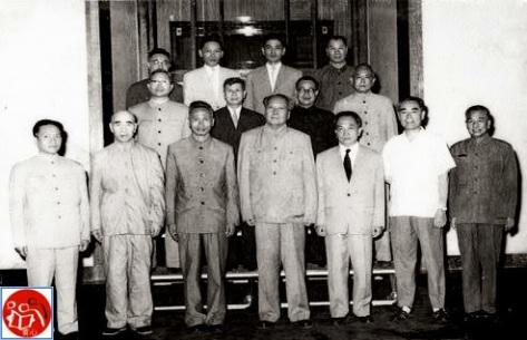 Đầu mùa xuân năm 1966, phái đoàn chính phủ Việt Nam bí mật đến Bắc Kinh. Phạm Văn Đồng đại diện chính phủ, và Võ Nguyên Giáp đại diện Quân ủy Việt Nam. Nguồn: Tài liệu Huỳnh Tâm.