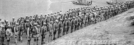 Trung Quốc ồ ạt xua quân đổ bộ vào sông Hà Khẩu Lào Cai Việt Nam, đêm 21 tháng 10 năm 1965. Nguồn: Tân Hoa Xã.