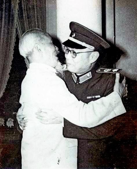 Hồ Chí Minh và Thống soái Diệp Kiếm Anh thắm thiết tại Hà Nội nhân dịp Đoàn đại biểu quân sự hữu nghị Trung Quốc sang thăm Việt Nam, tháng 12 năm 1961. Nguồn: Tân Hoa Xã.