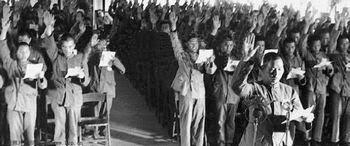 """Trong ngày vào lúc 19 giờ 30, tập thể đứng trước chân dung Chủ tịch Mao, mỗi cá nhân báo cáo, và trân trọng tay vẫy chào, chúc """"Chủ tịch Mao thọ vô biên, luôn luôn khỏe mạnh"""". Nguồn: Quân Ủy Trung Ương (CPC)."""