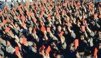 Sau khi tốt nghiệp, mỗi sĩ quan tự tay cầm thẻ đảng đưa lên cao, tuyên thệ trung thành với Chủ tịch Mao và đảng cộng sản Trung Quốc, sĩ quan Việt Nam được đào tạo ở đây cũng không ngoại lệ. Nguồn: Quân Ủy Trung Ương (CPC).
