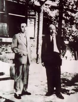 Ngày 3 tháng 8 năm 1951, Chu Ân Lai chụp ảnh chung với Hồ Chí Minh, đang đứng trước nhà riêng của họ Hồ tại Tây Sa. Ảnh tư liệu tình báo Hoa Nam [1].
