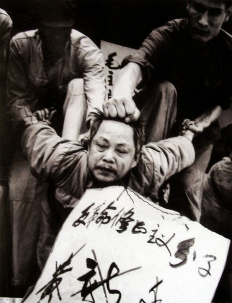 """Hồng vệ binh thực hiện """"Ba đánh một đốt"""". Nguồn: Tân Hoa Xã."""
