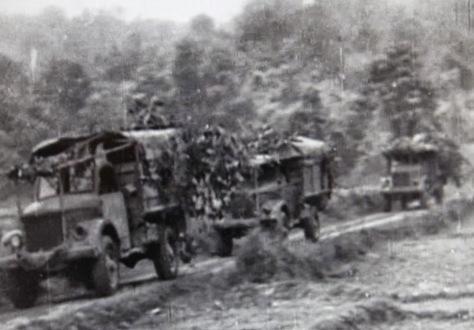 Đoàn quân xa ngụy trang cây rừng chuyển quân Trung Quốc thẳng hướng Hà Nội. Nguồn: Quân Ủy (CPC).