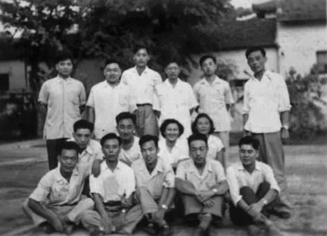 Lý Chấn Bân (李振斌) (hàng sau từ trái sang) cùng với những người Việt Nam đồng môn Hoa Nam. Nguồn ảnh: Lý Chấn Bân (李振斌).