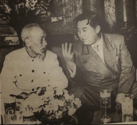 Ngày 21 tháng 11 năm 1964, chủ tịch Kim Nhật Thành và Chủ tịch Hồ Chí Minh tại khu nghỉ Hồ Tây. Nguồn: Tình báo Hoa Nam.