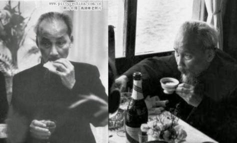 """Tại tư gia Bắc Kinh, """"Cha già dân tộc"""", ăn trưa, tay phải cằm bánh mì, tay trái ly rượu mạnh đã lưng, chiều uống rượu mạnh, làm thêm cữ café nghe nhạc Tàu, hút thuốc thơm Bastos Luxe. Nguồn: Tình báo Hoa Nam."""