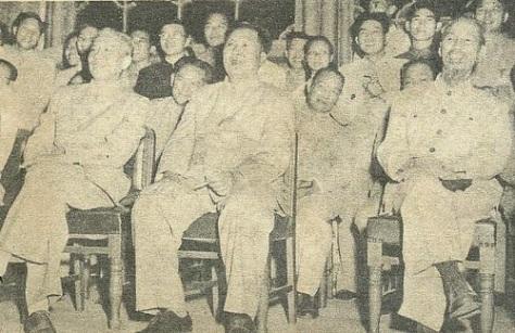 """Ngày 25 tháng 7 năm 1955, Hồ Chí Minh đến Bắc Kinh đàm phán vùng Vịnh Bắc Bộ. Mao Trạch Đông, Lưu Thiếu Kỳ, đưa Hồ Chí Minh vào lạc thú xem các màn trình diễn kịch nói (hát tuồng), chủ đề """"Tháng 9"""" (nhấn mạnh ngày 2/9/1945), tại vườn hoa Trung Nam Hải. Bắc Kinh theo nghi thức ngoại giao, phân ngôi thứ tự """"chủ-tớ"""" một khi ở nơi sinh hoạt công cộng, Hồ phải ngồi cách một khoảng xa vị trí của Mao. Nguồn: Tình báo Hoa Nam."""