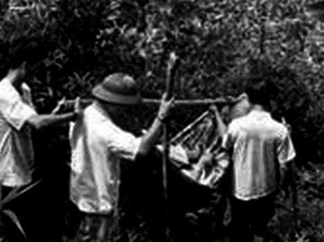Từ trái: Lê Phát, b/d Niệm, Hồ Chí Minh nằm trên võng, b/d Nhất, Phạm  Văn Khoa. Nguồn: Bạch Di, bản quyền Huỳnh Tâm.