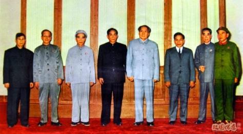 Quân ủy Trung ương Việt Nam-Trung Quốc. Mao Trạch Đông trao những gói hàng viện trợ cho Lê Duẩn. Nguồn: Hoa Nam.