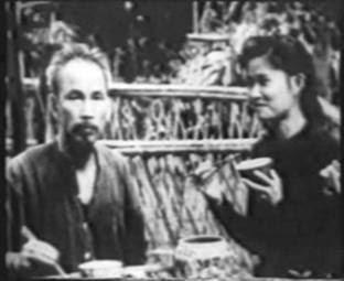 """Nguyễn Thị Phương Mai (阮氏芳梅) trở thành phu nhân (夫人) của """"Bác Hồ Chí Minh"""" (胡志明). Nguồn: Tân Hoa Xã."""