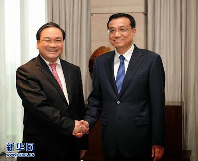 Một Hoa Nam, Hoàng Trung Hải đặc trách Kinh Tế, đứa con quí tử của Bắc Kinh. Bí mật nhận lệnh của đảng Cộng Sản Việt Nam thảo kế hoạch khai thác tài nguyên-kinh tế quốc gia, và thay mặt đảng trao cho Thủ tướng Trung Quốc, Lý Khắc Cường.