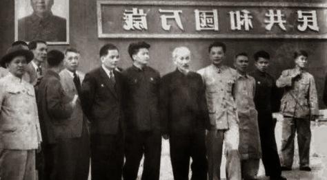 Ngày 21 tháng 4 năm 1967, Chủ tịch Hồ Chí Minh người sáng lập triều đại Cộng sản Việt Nam, bí mật, về thăm quê hương đất tổ và để nhớ những chiến trận hiển hách cách mạng cờ Hồng. Trước khi yết kiến Chủ tịch Mao Trạch Đông tại Trung Nam Hải, Hồ và những tên trùm tình báo Hoa Nam đã từng hoạt động tại Việt Nam, chụp hình chung lưu niệm tình bạn thấm thía. Nguồn: Tình báo Hoa Nam.