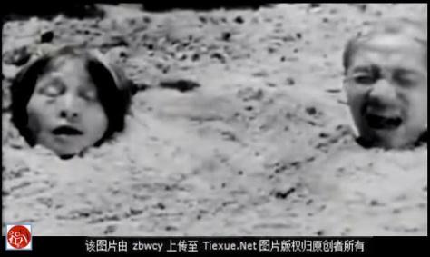 """Việt Minh dã man, lấy cày bừa qua đầu người thay cho án tử hình, một hành vi man rợ nhất thế kỷ XX (1954-1956) Như một trừng phạt răn đe vô nhân đạo không còn công lý, cho thấy chế độ bạo lực sẽ nhân danh sự thoải mái, người đầu tiên của công cụ """"cải cách ruộng đất"""" là nông dân Việt Bắc. Nguồn: tài liệu Huỳnh Tâm."""