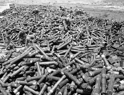 Vỏ đạn pháo cho ra khỏi nòng súng, ngày 28 tháng 11 năm 1987. Ảnh: NF3.86.