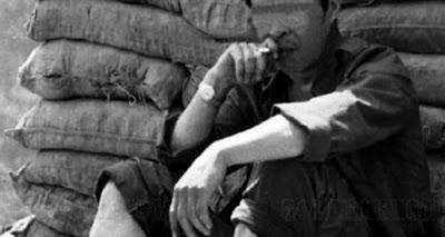 NF3.86. Ngồi tư lự trước cửa công sự, vừa hút thuốc lá, vừa suy ngẫm về những người lính bênh kia, tự hỏi đến khi nào họ quét sạch quân thù (Trung Cộng). Ảnh: Hải Âu DF-1, F40, QD14.