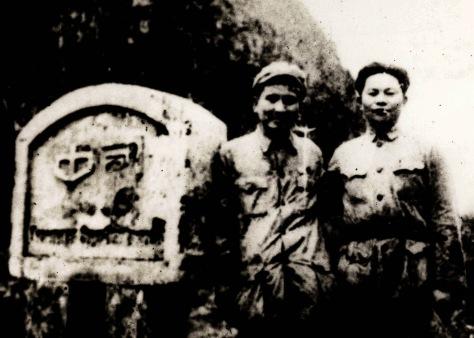 Tại cột móc biên giới Trực Tây (TQ-VN) bên trái cán bộ Giải Phóng  Quân Trung Quốc đi đón phái đoàn. Phó sư trưởng Tạ Lương  Anh nhận lệnh của Mao, đón tiếp Hồ Chí Minh, lo ăn ở, từ khi  đến cũng như khi về lại biên giới Việt-Trung.  Nguồn: ĐV, bản quyền Huỳnh Tâm.