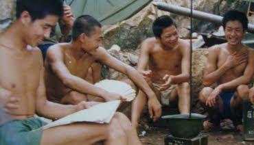 Tù binh Việt Nam, thuộc những đơn vị C5, D5, E567, F322, QĐ26, QK1. Tạm giữ trên núi 255, chờ ngày chuyển về trại giam. Ảnh: Hải Âu DF-1, F40, QD14.