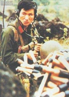 Một người lính truyền tin đang chấp nối những quả mìn thành trái pháo. Ảnh: Hải Âu (海鸥DF-1, Q1).