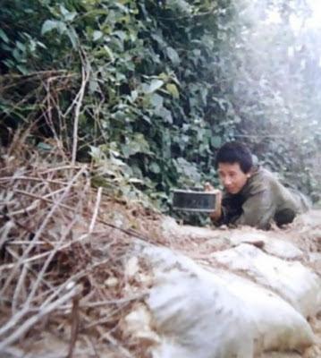 Người lính đặc công D541, F41, Q1 Trung Quốc, đang cài mìn Định Hướng trước công sự tại đỉnh núi 1580. Ảnh: Hải Âu (海鸥DF-1, Q1).