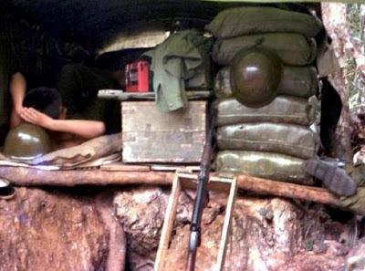 Tạm ẩn mình trong lô cốt, đỉnh núi 255 Lão Sơn 1987. Ảnh: NF3.86.