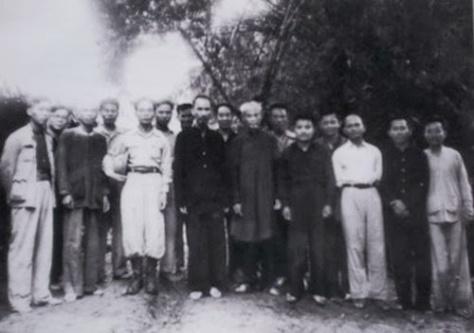 Lễ phong quân hàm cấp tướng đầu tiên diễn ra bên cánh đồng Nà Lọm, xã Phú Đình, Định Hóa, tỉnh Thái Nguyên. Hội đồng Chính phủ chụp hình lưu niệm ngày 27-28/5/1948. Nguyễn Sơn đứng bên trái phía sau của Hồ Chí Minh. Ảnh: Tình báo Hoa Nam.