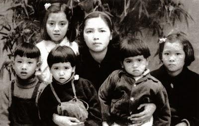 Người vợ thứ 4 bà Lê Hằng Huân (黎恒薰)  và 5 người con tại Hà Nội.